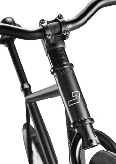 Stunning details of the J bike: the narrow riser and retro seat.