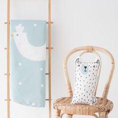 """El nuevo Playmat """"Hen & Dots"""" y el cojín """"Otto"""" hacen muy pero que muy buena parejita!!! Por cierto, seguimos con la PROMO regalo de un cojín Smug Bear con compras superiores a 45€!!! #bandidekids #lascamasestanparadeshacerlas #babyroom #cushion #playmat"""