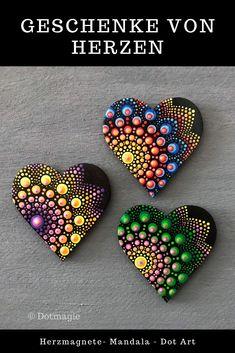 Suchst Du noch eine besondere Geschenkidee für einen lieben Menschen? In meinem Etsy-Shop findest du wunderschöne handgemachte und einzigartige Herz-Magnete im Mandala-Dot Art-Stil. Schau einfach vorbei und lass dich inspirieren. #Handmade #Kühlschrankmagnet #Mandala #Dotart #Dotmagie #Muttertag Rock Painting Patterns, Dot Art Painting, Pebble Painting, Stone Painting, Mandala Artwork, Mandala Painting, Mandala Pattern, Mandala Design, Christmas Mandala