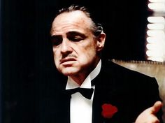 """Der US-Schauspieler Marlon Brando in der Rolle des Familienoberhauptes Don Vito Corleone in dem Coppola-Film """"Der Pate"""" von 1972."""