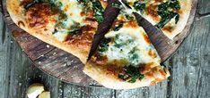 Hvit pizza på grov bunn med spinat og bakt hvitløk | Lises blogg