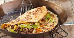 Die würzige Füllung von Frühlingsrollen geht hier mal fremd: Ihr neuer Partner ist ein luftiges Omelett mit Sesam.