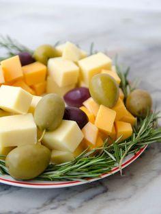 guirlanda de natal com azeitonas e alecrim - petisco de natal Fruit Salad, Nespresso, Cantaloupe, Catering, Food And Drink, Pizza, Snacks, Healthy, Chester