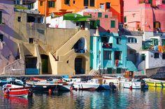 PROCIDA - ITALIA Esta isla volcánica, la más pequeña de Ischia y Capri, tiene un encanto único e inigualable. Procida ha conservado su espíritu salvaje y más auténtico. Villas, casas e iglesias para enmarcar en un pueblo maravilloso con unas vistas increíbles. Hogares en tonos pastel que se reflejan en las aguas cristalinas…