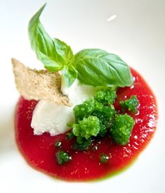 "La ""caprese rivisitata"" di Antonino Cannavacciuolo: viaggio alla riscoperta di un antico sapore. Amouse Bouche, Gourmet Recipes, Cooking Recipes, I Chef, Molecular Gastronomy, Creative Food, Food Presentation, Food Design, Food Plating"
