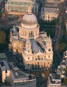 Paul's Cathedral, London By Wren The St. Paul's Cathedral, which was built between 1675 and 1710 London City, Church Architecture, Victorian Architecture, Ancient Architecture, London Landmarks, Monuments, London Today, Cathedral Church, England And Scotland