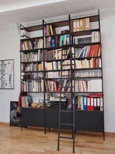 Bibliothèque industrielle fabriquée sur mesure. Office Decor, Home Office, Bookshelves, Bookcase, Wood, Ladder, Design, Decorating Ideas, Home Decor