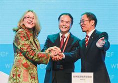 Noel Irwin Hentschel, Chair/CEO of AmericanTours International, signs MOU of alliance to offer 1 million  yuan free insurance per traveler, with Song Yu (center), Secretary-General of WTCF, and  Qiu Xichun, Vice-President of Taikang Life Insurance Co. (Photo: Business Wire)