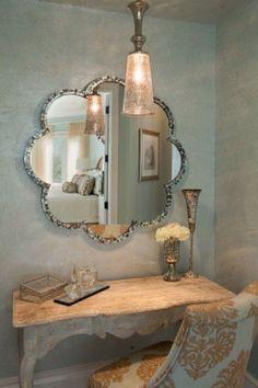 Zilverkleuring Italiaans stuc op wand en plafond geeft samen met de klassieke meubelen een heel luxe plaatje