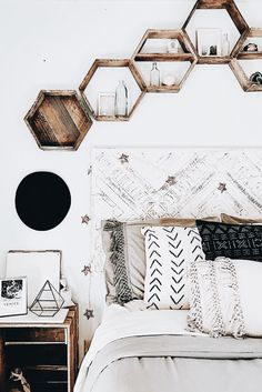 a boho or minimalist room with neutral colours. hexagon shelves which are a grea. - In·te·ri·eur - a boho or minimalist room with neutral colours. hexagon shelves which are a grea. - In·te·ri·eur - Comfy Bedroom, Bedroom Inspo, Diy Bedroom, Gray Bedroom Decor, Bedroom Inspiration, Bedroom Wall, Chic Bedroom Ideas, Girls Bedroom, Bedroom Ideas For Women Boho