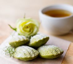 Delicious little baked treat you can indulge in without the guilt. Matcha madeleines are easy to make, taste fantastic and are good for you. Puff And Pie, Delicious Desserts, Yummy Food, Matcha Green Tea, No Bake Treats, Tea Recipes, Tasty Dishes, Thanksgiving Recipes, Sweet Tooth