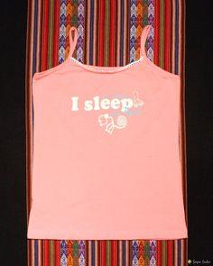 Schöner zweiteiliger PeruArt Pyjama mit Symbolen der Nasca aus peruanischer Baumwolle.  Abgebilded sind von den Geoglyphen von Nasca der Affe und die Hände, sowohl auf der langen Hose wie auch auf dem Trägertop.  http://www.sapa-inka.de/com-virtuemart-menu-users/com-virtuemart-menu-users/produkte-kleidung/produkte-kleidung-damen/produkte-kleidung-damen-pyjamas/i-sleep-in-peru-detail