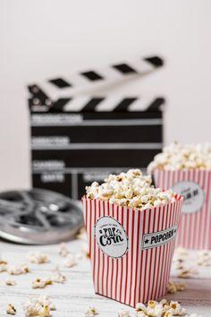 Baixe Caixas De Pipoca Com Bobina De Filme E Claquete Na Mesa De Madeira gratuitamente