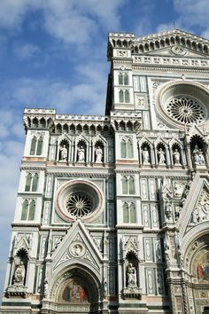 フィレンツェの大聖堂(ドゥオーモ)の外壁は、白・緑・赤の大理石というカラフルな装飾。ゴシックな様式と、華やかな彫刻との組み合わせが素晴らしいです。
