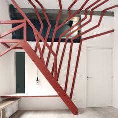 Pour le réaménagement d'une chambre d'enfant dans un loft parisien, l'agence de design et d'architecture Atelier 37.2 s'inspire des cabanes dans les arbres et érige un arbre stylisé. Rouge et rhyzomatique, la sculpture prend possession du mur ...