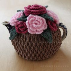 Crochet Pink Roses Tea Cosy I like this, Lots. Reminds me of my Grannies. Crochet Puff Flower, Crochet Flower Patterns, Crochet Flowers, Knitting Patterns, Crochet Cozy, Crochet Crafts, Crochet Projects, Tunisian Crochet, Tea Cosy Pattern