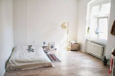 Modern bedroom paint ideas are about experimenting with fresh, attractive colors. Rugs In Living Room, Living Room Decor, Bedroom Decor, Bedroom Lighting, Minimal Bedroom, Modern Bedroom, Small Space Interior Design, Interior Design Living Room, Teen Bedroom Designs