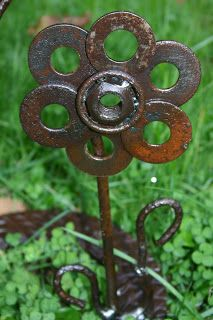 """Kathis Garden Art Rust-n-Stuff: 1"""" rusted washers make this flower!!!"""