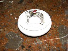 Купить или заказать 1970-1980 Фарфоровая шкатулка, конфетница LIMOGES в интернет-магазине на Ярмарке Мастеров. Фарфоровая шкатулка производства французского фаянсового завода Лимож. В отличном состоянии. На крышке изображение кавалериста на лошади и надпись 'La vraye assiette du Cavallier' ( Настоящая выправка кавалериста) На дне надпись LIMOGES FRANCE Французы называли это изделие конфетницей и сервировали в ней маленькие леденцы. Можно использовать для хранения бижутерии .…