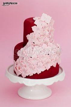 Torta nuziale rossa con petali rosa, una delizia sia per gli occhi che per il palato. Guarda la gallery>> http://www.lemienozze.it/gallerie/torte-nuziali-foto/torte-rosse/