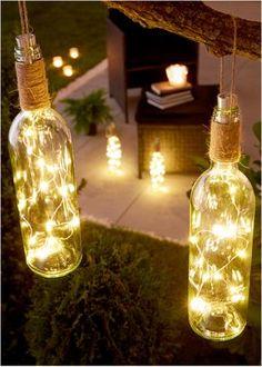 Bekijk nu:Een leuk en mooi decoratie-idee voor de tuin, je balkon en je woning. Wijnfles met geïntegreerde lichtslinger met 15 warm witte leds. De mignonbatterij AA (wordt niet meegeleverd) bevindt zich in de stop van de fles. Met schakelaar en koordje om de fles op te hangen.