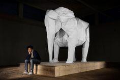 Sipho Mabona 成功摺出了同等於真實大小的大象作品。一張15 平方公尺的超級巨大白紙、10 幾個人的團隊、四個星期,才把這隻約莫 3 公尺高的大象完成,而且執行作業時還得找個大空地才能製作,並且途中利用各式各樣的工具輔助才漸漸完成。 | ㄇㄞˋ點子靈感創意誌