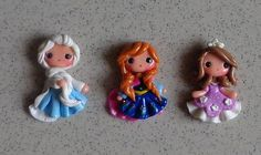 1 piece of Elsa Frozen Polymer Clay Charm Bead di KellyBowieDesign