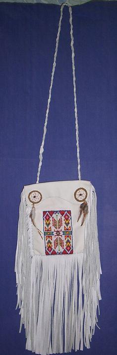En vit väska i skinn med dekor vävd på beadloom. Helt handgjord, alla sömmar sydda för hand.