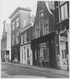 Oostzijde van de Kleine Houtstraat, nrs.109-115, ziende naar het noorden. Hoek Lange Hofstraat, 1957