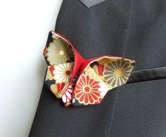 BROCHE papillon origami en tissu japonais à fleurs rouge doré noir gris blanc & soie sauvage coquelicot : Broche par latelier-dans-larbre