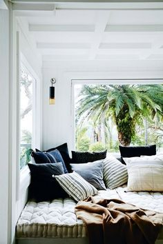 an every day holiday home. this is one beautiful beach house featured recently in vogue living — an idyllic holiday home in Sydney'. Vogue Living, Home Interior, Interior And Exterior, 1920s House, Ideas Hogar, Cozy Nook, Cozy Corner, Piece A Vivre, Cozy House