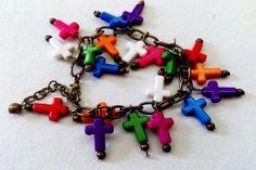 Art.P0009. Pulsera con cadenas (dorada, bronce o plata), dijes y piedras de colores. Por consultas escribinos a info@encapricharte.com.ar o buscanos en www.facebook.com/encapricharte