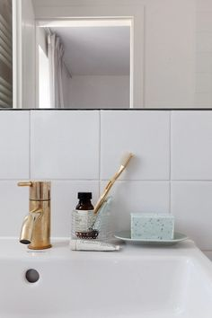 COCO LAPINE DESIGN -COCO LAPINE DESIGN Bathroom Layout, Bathroom Colors, Small Bathroom, Colorful Bathroom, Master Bathroom, Chandelier In Living Room, Living Room Lighting, Bathroom Trends, Bathroom Inspo