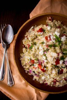 Καλοκαιρινή σαλάτα με κινόα, πιπεριές, ελιές και ξινομυζήθρα