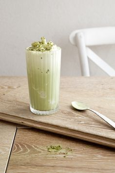 A creamy and energizing vanilla and matcha protein frappe. The perfect pre or post workout drink! Tea Smoothies, Juice Smoothie, Smoothie Drinks, Healthy Smoothies, Healthy Drinks, Smoothie Recipes, Matcha Smoothie, Nutribullet Recipes, Healthy Desserts