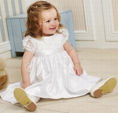Een mooi jurkje voor een heel klein bruidsmeisje, of als doopjurk. Natuurlijk van Corrie's bruidskindermode. Bruidskinderen, bruidsmeisjes, doopjurk, doopkleding. bruidskindermode.nl