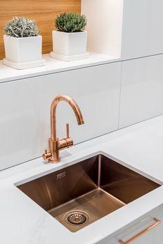 Metallisten sävyjen kirjo keittiöhanoissa ja keittiöaltaissa on laajentunut muiden muassa kupariin ja messinkiin.