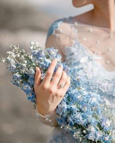 Pantone 2020 Classic Blue - Buquê com flores azuis. Baby Blue Aesthetic, Light Blue Aesthetic, Princess Aesthetic, Flower Aesthetic, Cinderella Aesthetic, Blue Wedding, Wedding Decor, Sparkling Stars, Delphinium