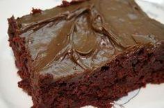 Opskriften på den gode chokoladekage, der nærmest smelter på tungen. Den her chokoladekage er ikke den sundeste, men den er nydelse fra ende til anden.