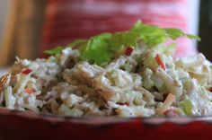 En dejlig salat med kylling, æbler og selleri - let at lave og utrolig velsmagende og ikke så tung som traditionel hønsesalat. Skøn og anderledes kyllingesalat Jeg serverede denne skønne kyllingesalat til vores julefrokost, hvor maden er traditionel med et…