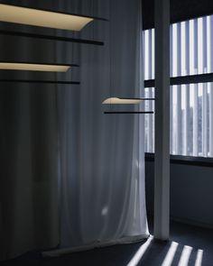 Su diseño es pura elegancia y sobriedad. La estructura está compuesta por una línea fina de metal desde dónde sale el punto lumínico, que a la vez queda reflejado en un arco de distinto acabado. Esta proyección indirecta de la luz le hace crear espacios tenues, pero a la vez eficazmente resueltos. Santa Cole, Luminous Flux, Metal Structure, Everyday Objects, Lamp Design, Design Awards, Industrial Design, Diffuser, Indoor