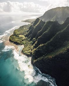 As we flew of the Na Pali Coast I couldn't help but expect to see dinosaurs pop out // Tom Parker (@tomparkr) в Instagram