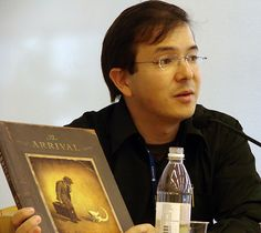 """Shaun Tan talking about """"The Arrival"""" at the WALTIC conference in Stockholm 2008 – Photo by me, CC license: Attribution, Noncommercial, Share Alike"""