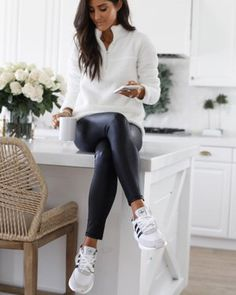 Leggings are a great fashion item to have in your wardrobe because it's so easy to create an outfit with them! Leggings can be so comfortable to lounge around in, they can make an outfit for a night out look Athleisure Outfits, Sporty Outfits, Fashion Outfits, Womens Fashion, Fashion Hacks, Modest Fashion, Fashion Fashion, Fashion Trends, Look Legging