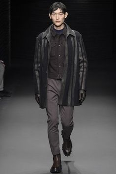 See the complete Salvatore Ferragamo Fall 2017 Menswear collection. Army Coat, Fashion Show, Mens Fashion, Fashion Styles, Men's Leather Jacket, Leather Jackets, Men's Collection, Salvatore Ferragamo, Casual Wear