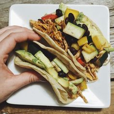 Se det här Instagram-inlägget från @beehivegoodeats • Taco Tuesday! When is Taco-bod season? Cause I'm ready! I always pack these babies so full! But can you blame me with so many yummy ingredients? Shredded chicken, red bell peppers, yellow bell peppers, zucchini, black beans and avocado. // tacos marslammet fishtacos chickentacos