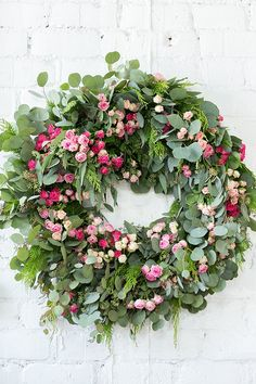 Host a Charming Wreath Making Party - Sugar and Charm - sweet recipes - entertaining tips - lifestyle inspiration Sugar and Charm – sweet recipes – entertaining tips – lifestyle inspiration Wreaths For Front Door, Door Wreaths, Yarn Wreaths, Floral Wreaths, Holiday Wreaths, Christmas Decorations, Green Wreath, Wedding Wreaths, Wreath Crafts