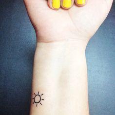 Pin for Later: 100 klitze-kleine Tattoo-Ideen für euren ersten Stich Lass die Sonne in dein Herz