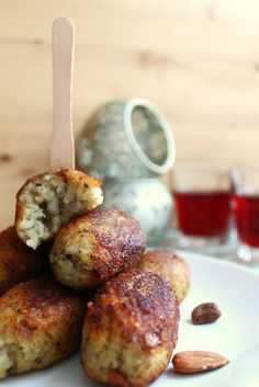 Lebanese Potato Kibbeh (recipe is in French & English) Middle East Food, Middle Eastern Recipes, Batata Potato, Vegetarian Recipes, Cooking Recipes, Bulgur Recipes, Vegan Vegetarian, Lebanese Recipes, Lebanese Cuisine