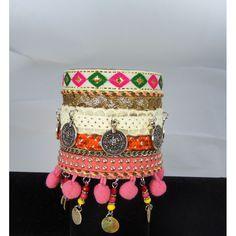 Manchette ethnique nacres et pièces.  Un bracelet ethnique et lookée dont vous ne pourrez plus vous passer.  Longueur: 23 cm ,système d'attache pression 2 positions.